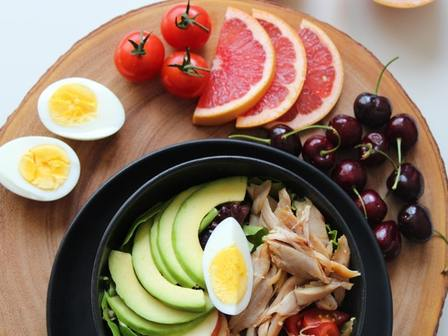 Салата с авокадо и пилешко