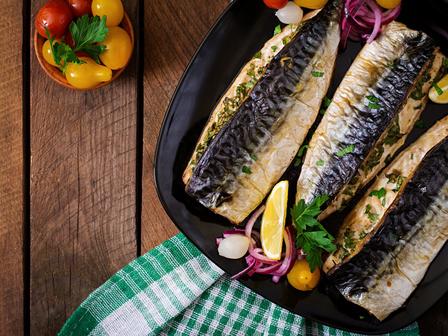 Печена риба с моркови и праз лук