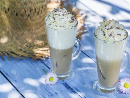 Летен коктейл с кафе и кокосов ликьор