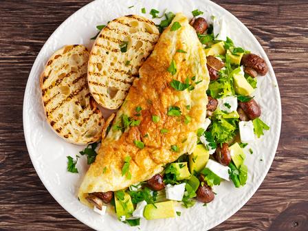 Омлет с гъби, пресен лук и авокадо