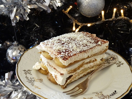 1 голям пакет бишкоти 3 пакетчета крема сирене (Lacrima) 200 мл течна сметана 5 с. л. пудра захар 4 лъжици ром 2 чаши студено кафе какао