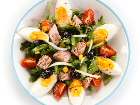 Микс зелена салата с риба тон и яйца