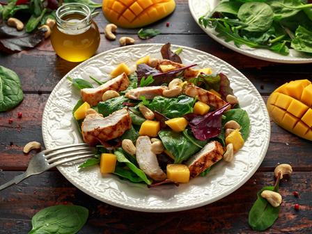Салата с пиле, спанак, манго и кашу