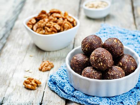 Енергийни бонбони с фурми, ядки и шоколад