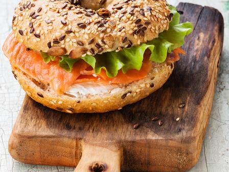 Сандвич със сьомга и бекон