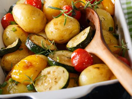 Картофи с тиквички и чушка на фурна