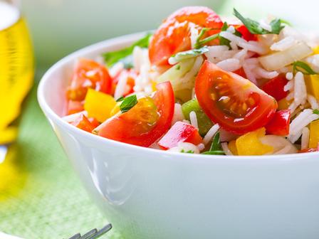 Салата с ориз, домати и 3 вида чушки