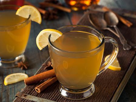 Гореща зимна напитка с бренди и сайдер