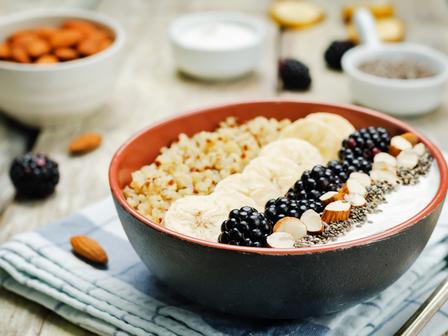 Закуска с киноа, скир и плодове