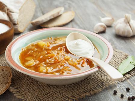 Нискокалорична супа със зеле и домати