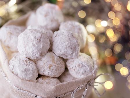 Пухкави масленки с пудра захар и орехи