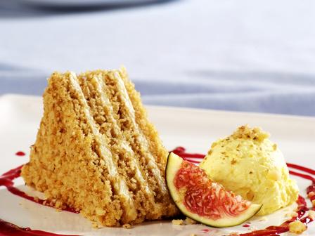 Изкусителна торта със сметана и смокини