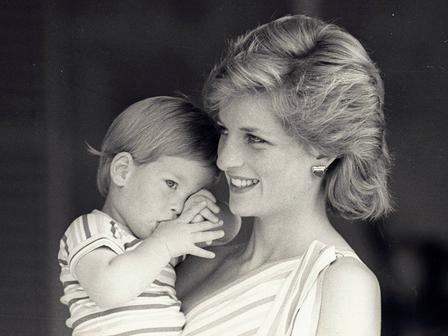 Принц Хари в прегръдките на майка си, принцеса Даяна. Снимка: Reuters